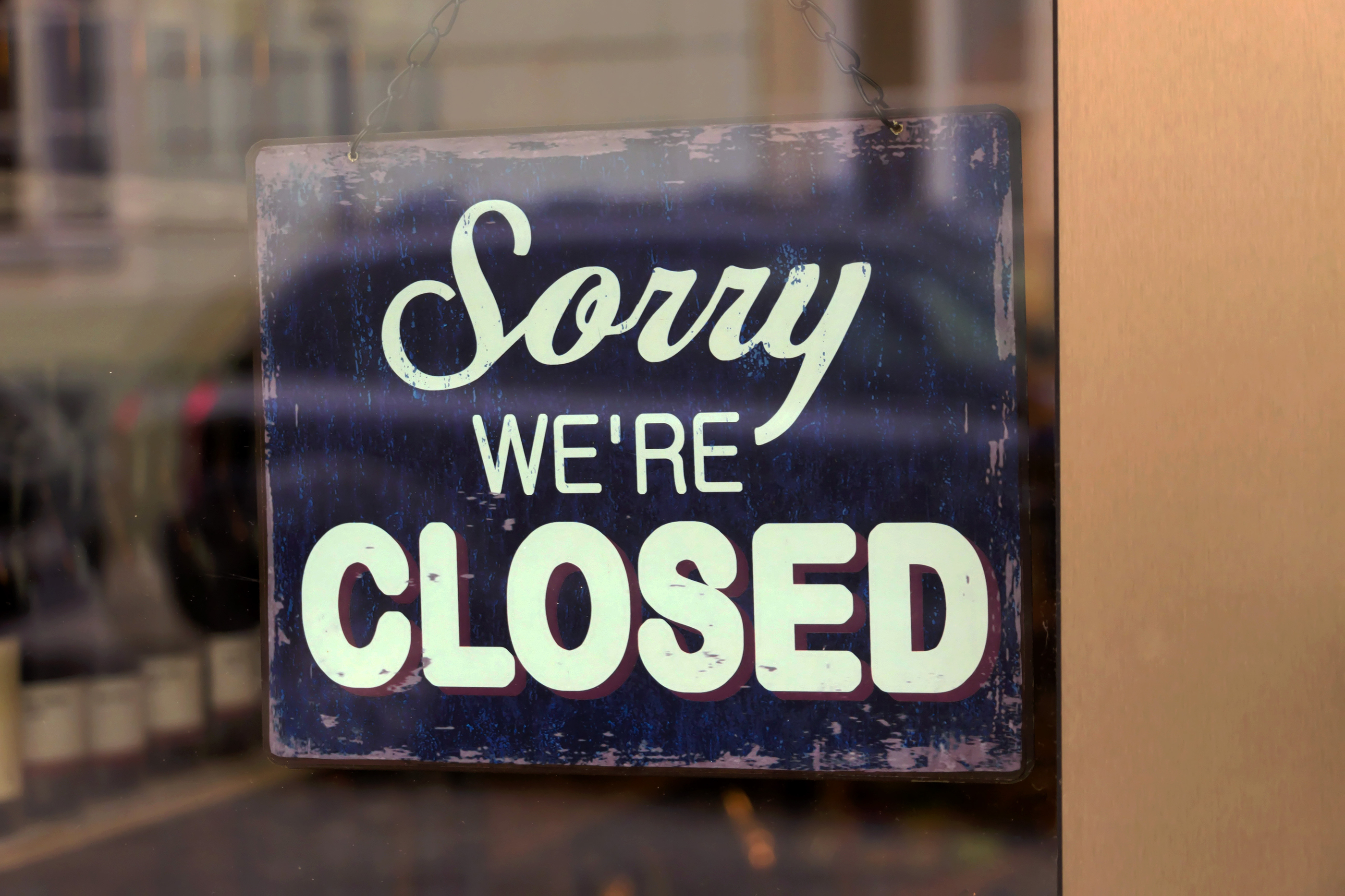a closed shop has a sign in the schauf nests. sorry, we're close