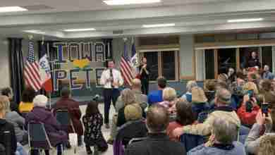 Photo of Pete Buttigieg Shares Message With New Hampton Crowd